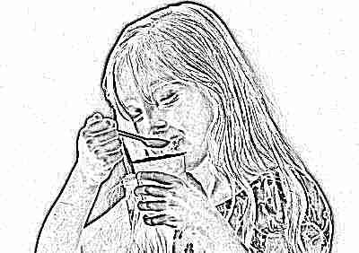 Девочка ест йогурт