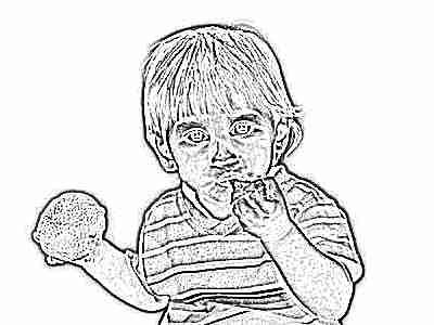 Ребенок ест мандарины