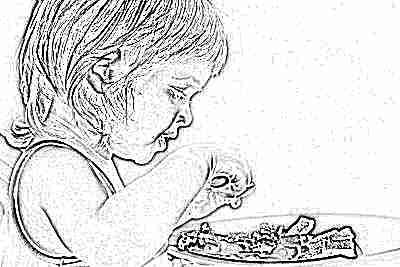 Ребенок ест блюдо со свеклой