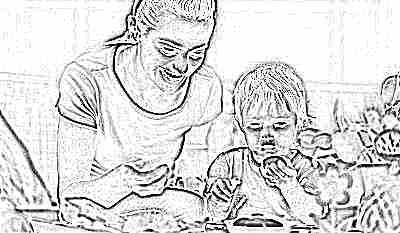Мама с дочкой едят яйца