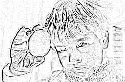 Ребенок смотрит на яйцо