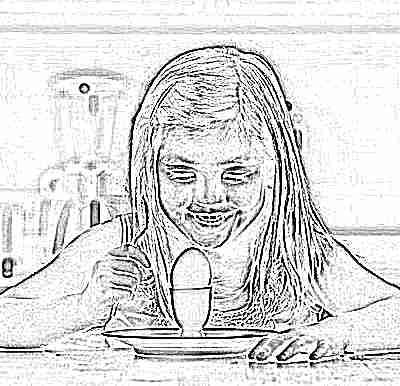 Ребенок ест сваренное вкрутую яйцо