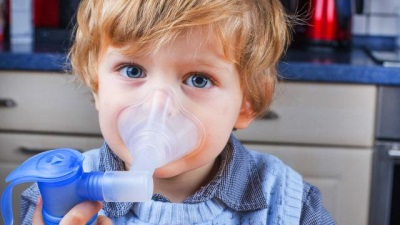 Ребенок дышит небулайзером