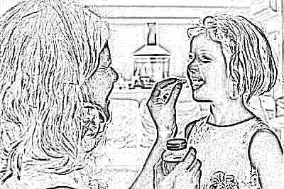 Мама дает ребенку витамины