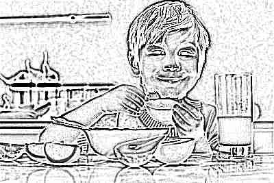 Мальчик ест апельсин