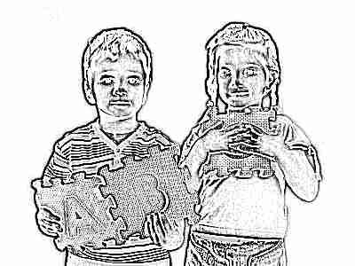 Дети играют в буквы пазлы