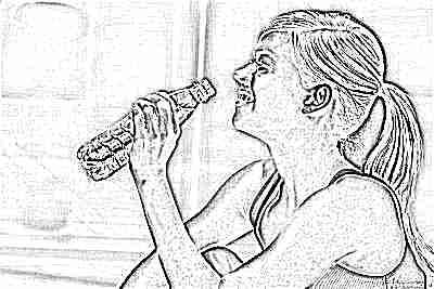 Подросток девушка пьет воду