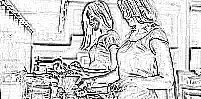 Мама готовит вместе с дочкой подростком