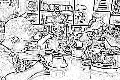 Ребенок ест в детском садике