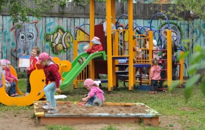 Стимул для ребенка - катание на горках в садике