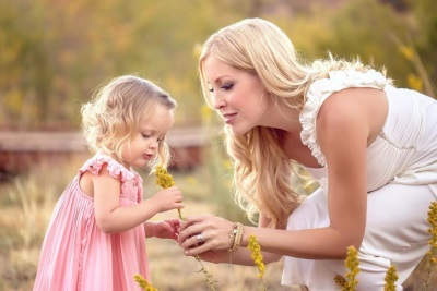 Мама с ребенком и цветочком