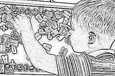 Ребенок и магнитная доска с буквами