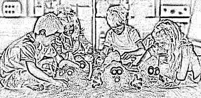 Дети играют в кинетический песок