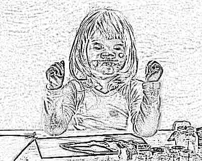 Ребенок 2 года рисует черной краской