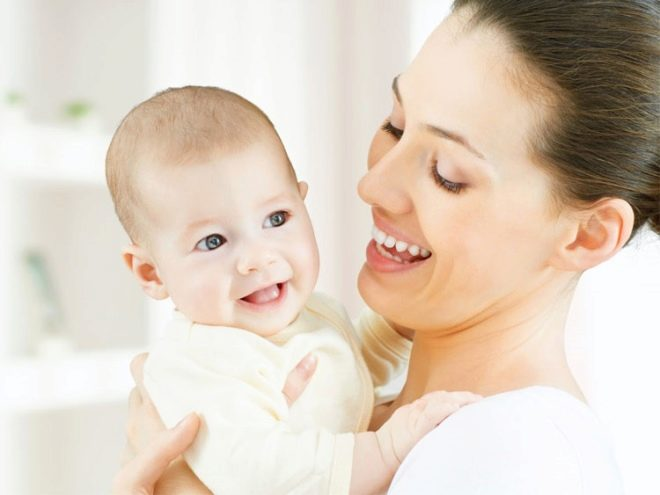 Осмотр малыша перед прививкой