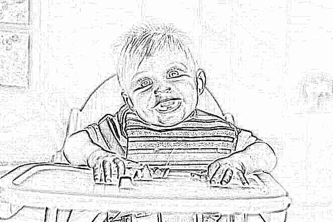 Ребенок ест в 1 год на стульчике для кормления