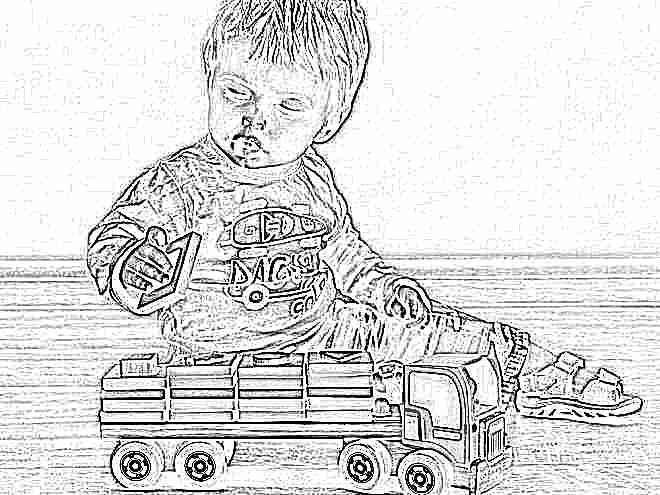 Ребенок в 1 год играет
