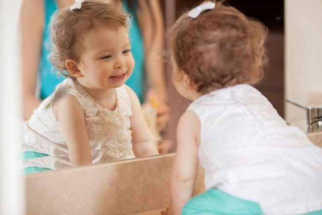 Ребенок в 1 год у зеркала