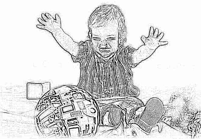 Ребенок в 1 год играет в мяч